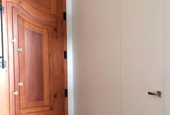 Decora las paredes de la entrada con tableros a juego con las puertas enrasadas