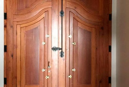 Puertas Pucho restaura esta puerta de entrada típica valenciana