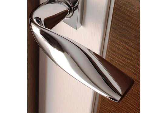 Marca la diferencia en tus puertas con la personalización de las manillas