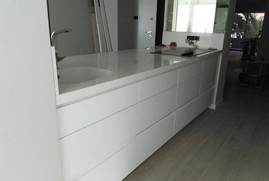 Diseña una cocina moderna, con líneas rectas y de color blanco